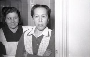 19 de marzo de 1954 Cocineras de la casa durante la fiesta de onomástica de José Campúa en su domicilio en el Paseo de Rosales (Madrid)