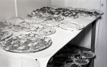 19 de marzo de 1954 Canapés en la fiesta de onomástica de José Campúa en su casa en el Paseo de Rosales (Madrid)