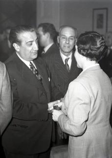Pepe Campúa saluda a Josefina Carabias durante el homenaje ofrecido en el Club de Prensa con motivo de su nombramiento como primera mujer corresponsal el 7 de diciembre de 1954
