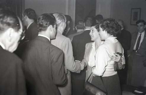 Fotografía realizada por Campúa en el homenaje a Josefina Carabias ofrecido en el Club de Prensa con motivo de su nombramiento como corresponsal en Washington el 7 de diciembre de 1954