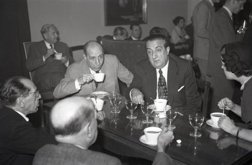 Pepe Campúa (en el centro de la imagen) durante el homenaje a Josefina Carabias ofrecido en el Club de Prensa con motivo de su nombramiento como corresponsal en Washington el 7 de diciembre de 1954