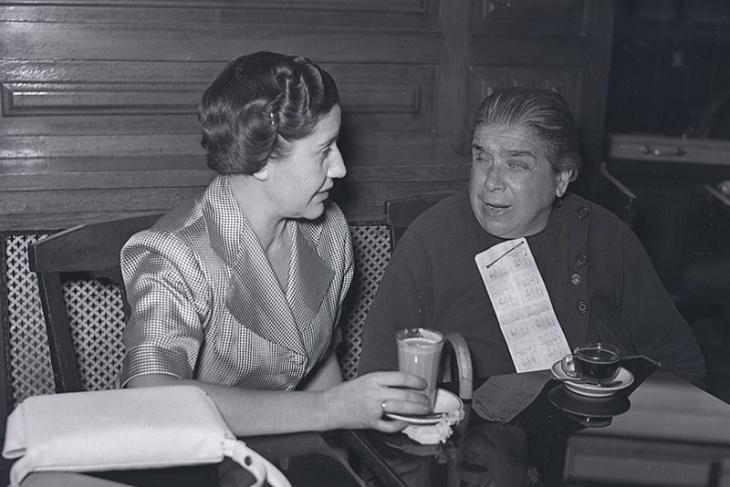 Campúa realizó estas fotos el 10 de febrero de 1955 para un reportaje de Josefina Carabias en el que entrevistaba a una vendedora de lotería ciega