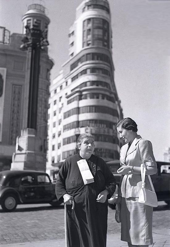 Campúa realizó estas fotos el 10 de febrero de 1955 para un reportaje de Josefina Carabias para Informaciones en el que entrevistaba a una mujer ciega que vendía lotería en la Plaza de Callao (Madrid)