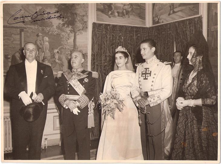 """Positivado de época, firmado por José Demaría Vázquez """"Campúa"""", de la boda de Carmen Franco Polo y Cristóbal Martínez Bordiú en el que aparecen con Francisco Franco y su mujer Carmen Polo"""