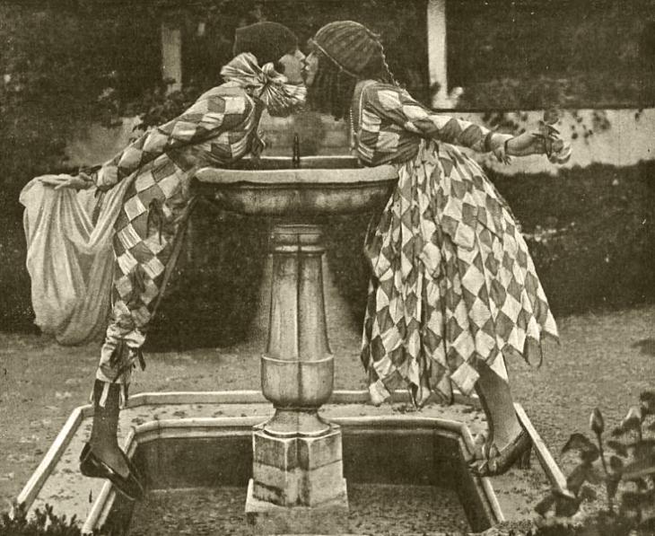 """Fotografía de José Demaría Vázquez """"Campúa"""" que ilustró el mes de febrero de 1922 en el almanaque de la revista Nuevo Mundo. Las dos modelos que hacían de Colombina y Arlequín habían posado para la cámara del fotógrafo dos años antes en los jardines de Joaquín Sorolla"""