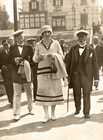 La Reina Victoria Eugenia asiste a las Regatas en Bilbao. Foto de Campúa hijo publicada en La Esfera el 18 de septiembre de 1920. El pie original señala: S.M. la Reina Doña Victoria Eugenia, en el momento de llegar al embarcadero del Club del Abra, en Las Arenas, para tomar parte en las regatas de balandros. Foto. Campúa H.