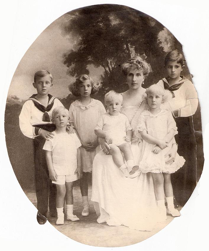 Victoria Eugenia de Battenberg con sus hijos, fotografiados por Campúa padre (Circa 1917)