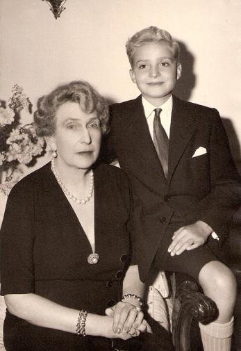La reina Victoria Eugenia en los años 40 junto al entonces príncipe Juan Carlos, retratados en una visita de Pepe Campúa a Estoril