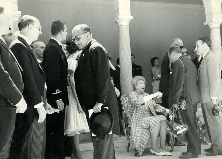 Pepe Campúa saluda a Victoria Eugenia de Battenberg ante la mirada de Juan Carlos y Sofía durante una recepción con motivo del bautizo del príncipe Felipe en 1968
