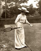 """Fotografía de Campúa padre publicada en Mundo Gráfico el 9 de septiembre de 1912 con el pie: """"S.M. la Reina Doña Victoria jugando al tennis en la finca de los Duques de Santo Mauro en Las Fraguas"""