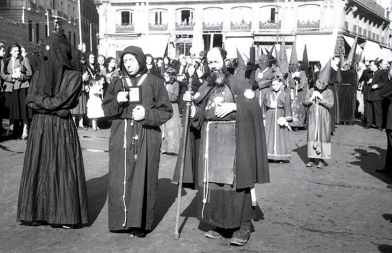 Penitentes en la procesión del Cristo de Medinaceli en Madrid, fotografiados por Campúa en abril de 1949