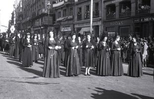 Penitentes en la procesión del Cristo de Medinaceli en Madrid, fotografiadas por Campúa en abril de 1949