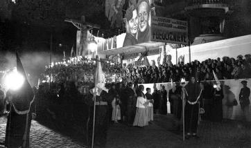 Procesión del Silencio en Madrid, fotografiada por Campúa a su paso por Callao en abril de 1950
