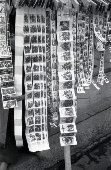 Las aleluyas, con escenas de la Pasión impresas, son una de las tradiciones que no se han conservado en Madrid. Así las captó Campúa en 1952