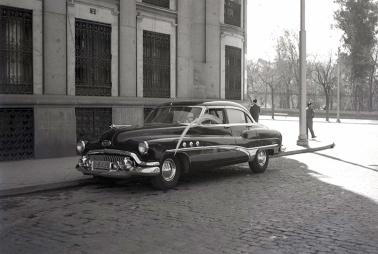 Junto al parque de El Retiro una conductora lleva su palma en 1953. Foto. Campúa
