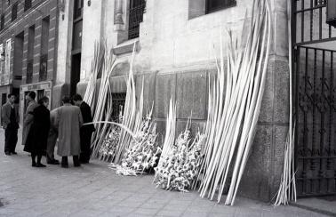Comprando las palmas en el exterior de la Iglesia de San Manuel y San Benito en Madrid, en el domingo de ramos de 1953. Foto. Campúa