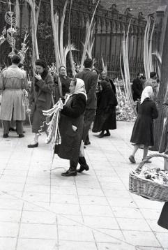 Vendedora de aleluyas retratada por Campúa el domingo de ramos en 1954