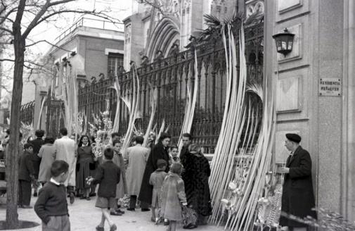 Comprando las palmas en el domingo de ramos de 1954. Foto. Campúa