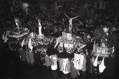 Semana Santa en la plaza Mayor de Madrid, rosario de Penitencia fotografiado por Campúa en abril de 1958