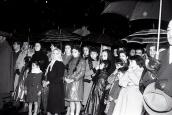 La gente asiste bajo la lluvia al rosario de penitencia en la Plaza Mayor de Madrid en abril de 1958. Foto. Campúa