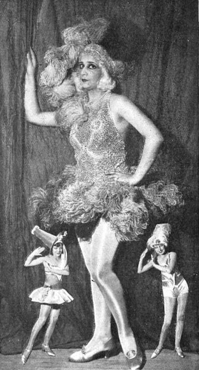 """Fotografía de Campúa publicada en Mundo Gráfico el 24 de octubre de 1928 con motivo del estreno de """"Las lloronas"""". En la imagen aparece Celia Gámez y, en pequeño, dos de las segundas tiples en una composición típica de la época."""