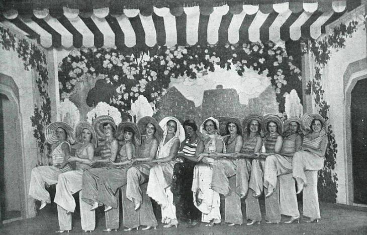"""Fotografía publicada en La Esfera el 6 de diciembre de 1930. El pie original señala: El número de """"Los pijamas"""" uno de los más sugestivos de la revista """"¡Me acuesto a las ocho!"""" original de Vela, Campúa y el maestro Alonso, estrenada con gran éxito en el Teatro Romea."""