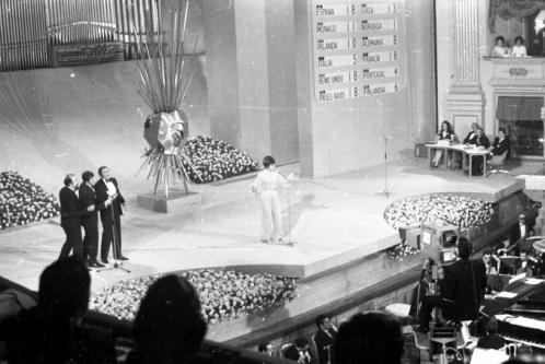 """Actuación de Salomé con """"Vive Cantando"""" como representante de España en el Festival de Eurovisión 1969. Foto. Campúa"""