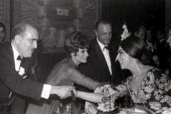 Salomé junto a Manuel Fraga saluda a la bailaora que amenizó la cena de celebración de los premios de Eurovisión en 1969. Foto. Campúa