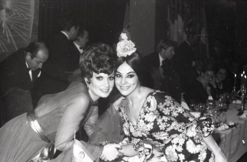 Salomé saluda a la bailaora que amenizó la cena de celebración de los premios de Eurovisión en 1969. Foto. Campúa