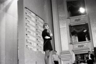 "Actuación de Lulú con ""Boom bang-a-bang"" como representante de Reino Unido en el Festival de Eurovisión 1969. Foto. Campúa"