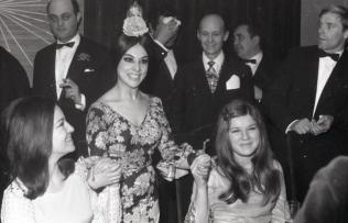 Frida Boccara, representante de Francia y Lenny Kuhr, representante de Países Bajos, dos de las ganadoras de la edición de 1969 del Festival de Eurovisión. Foto. Campúa