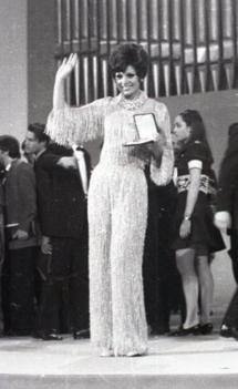La ganadora del Festival de Eurovisión 1969, Salomé, posa con el premio. Foto. Campúa