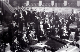 Los periodistas que cubrieron el Festival de Eurovisión de 1969 en Madrid, fotografiados por Campúa.