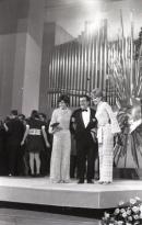 La ganadora del Festival de Eurovisión 1969 posa con el premio junto a la presentadora Laura Valenzuela. Foto. Campúa