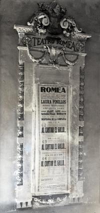 Último cartel del Teatro Romea, publicado con fotografía de Cortés en la revista Crónica el 25 de agosto de 1935