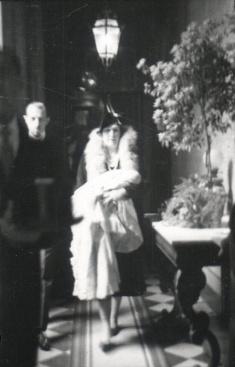 La Reina Victoria Eugenia llevando en brazos a Juan Carlos el día de su bautizo en Roma. Foto. Campúa