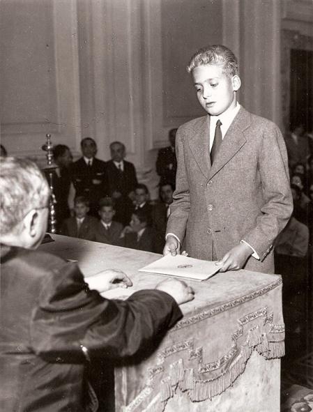 Juan Carlos durante su examen de bachilerato. El futuro rey Juan Carlos. Foto. Campúa