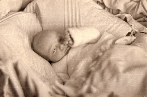 Juan Carlos recién nacido en 1938. Foto. Campúa