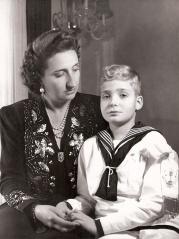 Juan Carlos el día de su Primera Comunión junto a su madre Mª de las Mercedes. El futuro rey Juan Carlos. Foto. Campúa