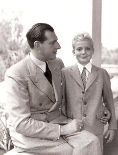 Juan Carlos junto a su padre Juan de Borbón en Estoril pocos días antes de su Primera Comunión. El futuro rey Juan Carlos. Foto. Campúa