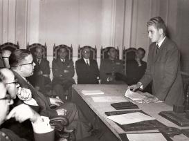 Juan Carlos durante su examen de bachillerato. Foto. Campúa
