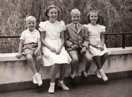 Juan Carlos en Estoril junto a sus tres hermanos. Foto. Campúa
