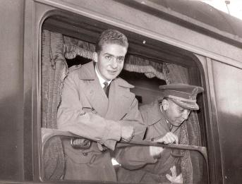 Juan Carlos llega a la estación de tren para continuar sus estudios. El futuro rey Juan Carlos. Foto. Campúa