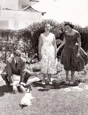 Juan Carlos junto a sus hermanas, la infanta Margarita y la infanta Pilar en Estoril. Foto. Campúa