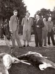 Juan Carlos junto a Fernando Mª Castiella contemplando las piezas cazadas en una montería en El Pardo. Foto. Campúa