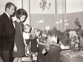 Juan Carlos junto a la Reina Sofía y sus tres hijos colocando el Belén. Foto. Campúa