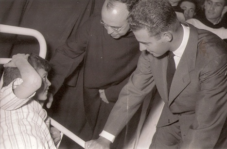 Juan Carlos visita un hospital infantil. Foto. Campúa