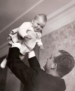Juan Carlos alza en brazos a su hija la Infanta Elena. Foto. Campúa