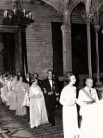 Juan Carlos del brazo de Carmen Polo en una recepción en la Diputación de Barcelona. Foto. Campúa