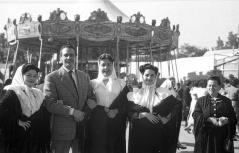 Varias chulapas posando frente al tiovivo en la Verbena de San Antonio en 1952